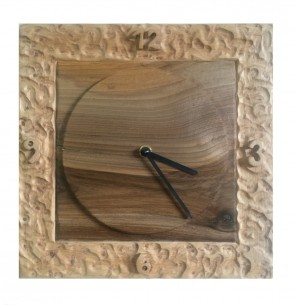 Závesné hodiny z kombinácie drevín